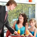 Szczęśliwa rodzina z dzieckiem w kawiarni — Zdjęcie stockowe