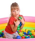 Verjaardag meisje in sport shirt met spel bal. — Stockfoto