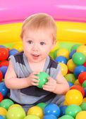 Seduto due anni ragazzo in camicia blu con pera, isolato su bianco — Foto Stock