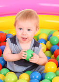 Siedzi dwuletni chłopiec w niebieską koszulę z gruszką, na białym tle — Zdjęcie stockowe
