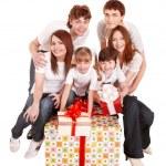 glückliche Familie mit großen Geschenk-box — Stockfoto