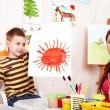 dziecko z nauczycielem rysować farby w sali zabaw — Zdjęcie stockowe