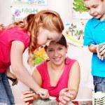 Grupa dzieci i nauczyciel formy z gliny w sali zabaw — Zdjęcie stockowe