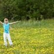 Ребенок на лугу с рукой вверх — Стоковое фото