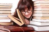 Chica inteligente en espectáculos con libro de grupo. — Foto de Stock