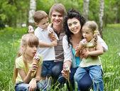 Utomhus barnfamilj på grönt gräs. — Stockfoto