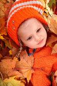 ребенок девочка в осенние листья оранжевый. — Стоковое фото