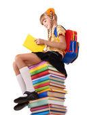 本の杭の上に座っての女子高生. — ストック写真