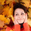 Girl in autumn orange hat on foliage. — Foto Stock