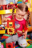 Niño con rompecabezas, bloques y construcción de sala de juegos. — Foto de Stock