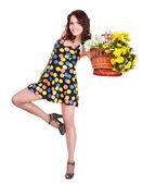 Hermosa chica con flor de primavera salvaje. — Foto de Stock