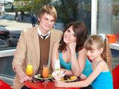 Glückliche familie mit kind im café. — Stockfoto