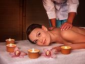 Junge Frau auf Massagetisch im Beauty spa. — Stockfoto
