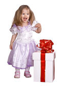 Mädchen in tracht puppe mit geschenk-box. — Stockfoto