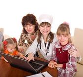 Médico con estetoscopio y familia. — Foto de Stock