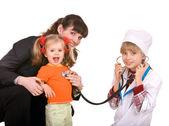 семейный врач и маленькая девочка. — Стоковое фото