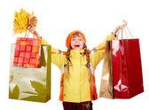 リーフ グループ、買い物袋と秋のオレンジ帽子の少女. — ストック写真