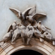 Doves above archway — Stock Photo