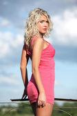 La jeune femme en vêtements roses. — Photo