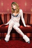 Sensuales mujeres jóvenes en un traje blanco. — Foto de Stock