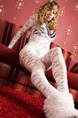 Sensuell unga kvinnor i vit kostym. — Stockfoto