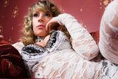 性感年轻妇女穿白色西服. — 图库照片