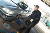 Serviceman at tyre work — Stock Photo