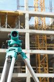 Teodolit inşaat sahasında — Stok fotoğraf