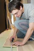 工人在地板工程测量 — 图库照片