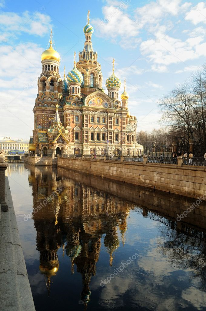 Cathedral of the Resurrection of Christ with reflection in water, Petersburg — Stock Photo #3245609