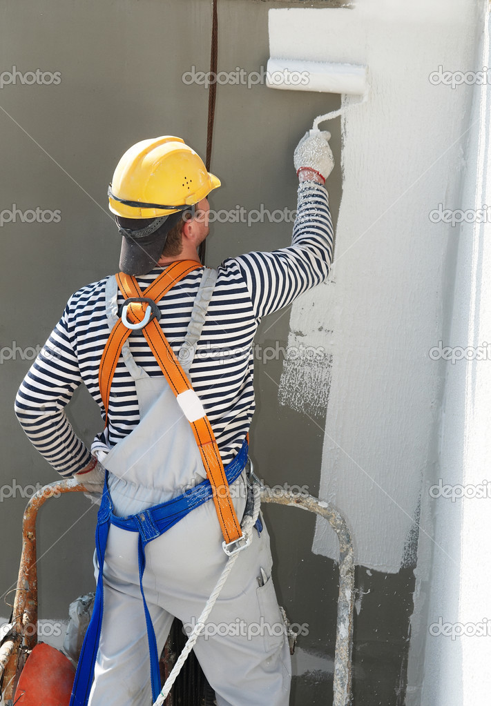 Builder worker painting facade of high-rise building with roller — 图库照片 #3245781
