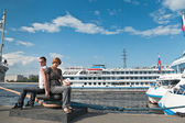 Loving couple teenagers near the cruise liners — Stock Photo