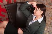 Donna giovane bella business seduta — Foto Stock