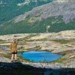 Man in mountain standing near lake — Stock Photo