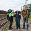 Group of travelers on railway station waiting a train. Mountaineering with — Stock fotografie