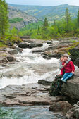 Couple embrace by the rapid mountain river — Stock Photo