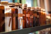 Oude glazen flessen met potion en geneesmiddelen — Stockfoto