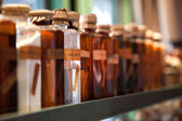 Vieilles bouteilles de verre avec la potion et médicaments — Photo