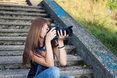 Güzel genç kız profesyonel fotoğraf makinesi — Stok fotoğraf
