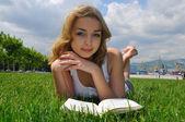 Meisje lezen buiten — Stockfoto