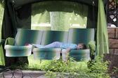 Adolescente descansando sobre bedstone — Foto de Stock