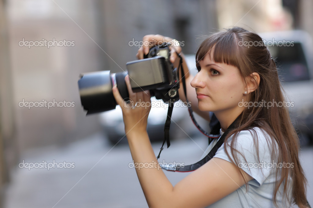 The fhotographer takes a picture in city — Stock Photo #3487107