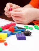 Moldes menino de plasticina na tabela — Fotografia Stock