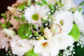 Wedding rings on the bunch of flowers — Stock Photo