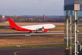 Jet plane landing. — Zdjęcie stockowe