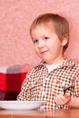 Liten pojke som äter frukost — Stockfoto