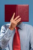 Hombre con libro abierto — Foto de Stock