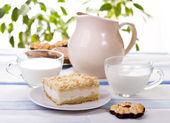 Breakfast cake and milk — Stock Photo