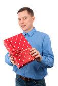 Ung man med en presentförpackning — Stockfoto