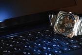 Oglądać na klawiaturze komputera — Zdjęcie stockowe